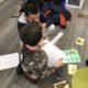Schüler, die Roboter benutzen