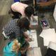 Schüler, die Ozobots benutzen