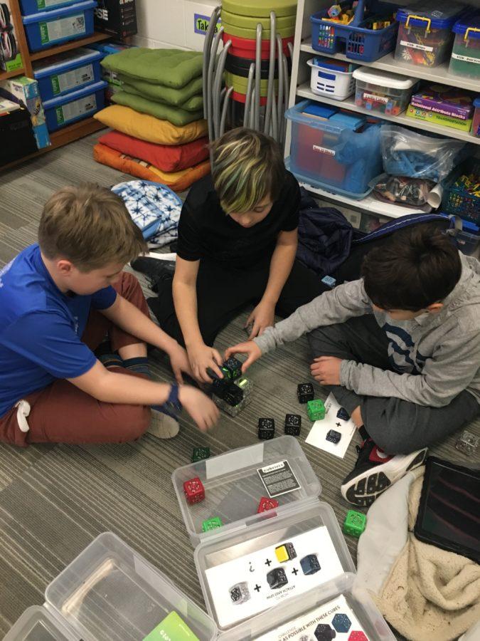 Schüler, die Cubelets verwenden